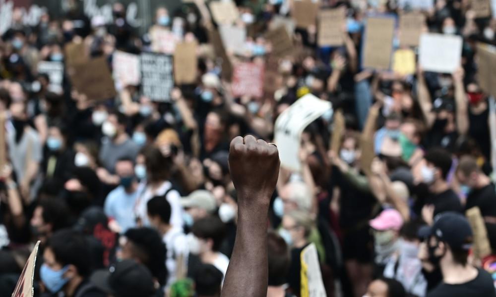 """LIVE: """"Sit to breathe"""" – Proteste in Minneapolis nach Tod von George Floyd gehen weiter"""