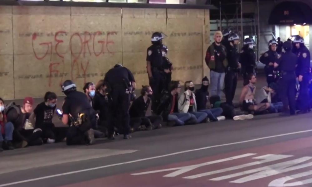 New York: Polizei nimmt einen nach dem anderen fest, als historische Ausgangssperre beginnt