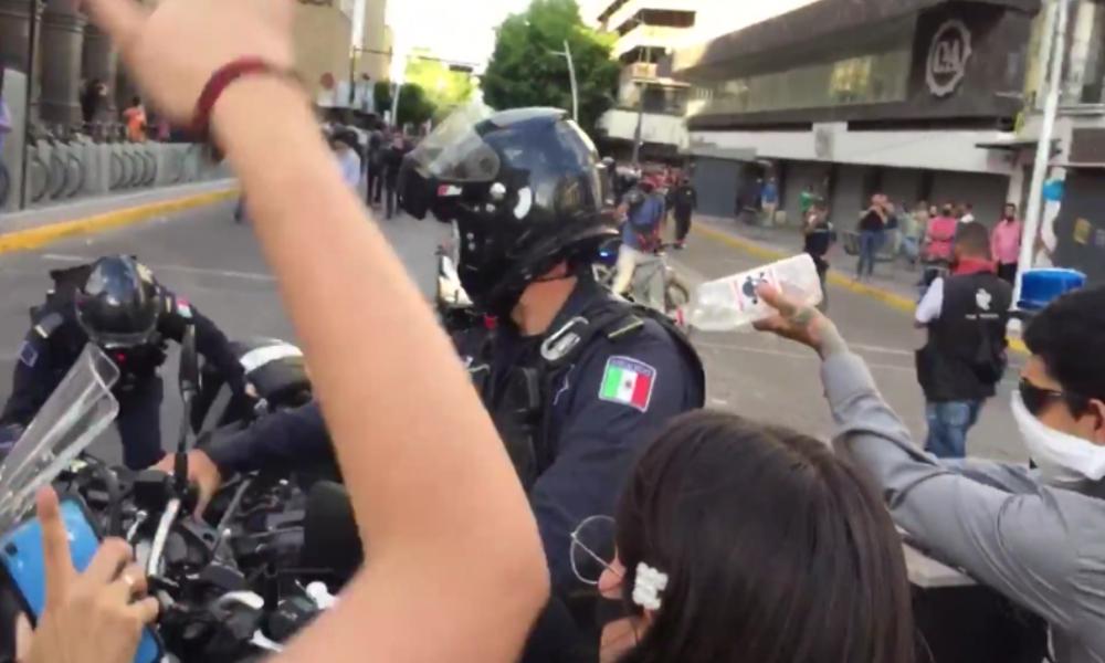 Mexiko: Demonstrant übergießt Polizisten mit Brennflüssigkeit und setzt ihn in Brand
