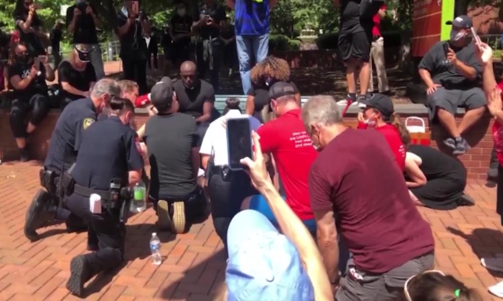 """USA: """"Liebe, Demut und Einheit"""" – Weiße Polizisten knien bei Fußwaschung vor schwarzen Pastoren"""
