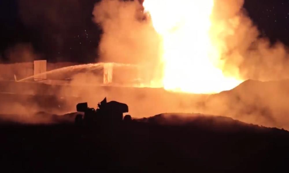 Russische Armeehilft mit einer PanzerabwehrkanoneBrand in Ölbohrloch zu löschen