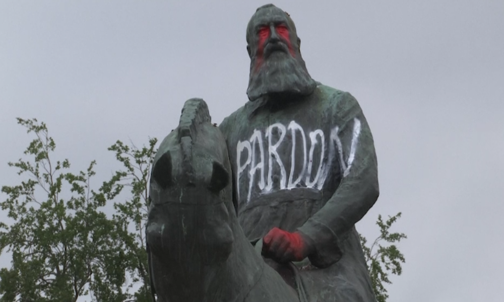 George-Floyd-Proteste: Umstrittene Denkmäler in mehreren Ländern beschmiert und gestürzt