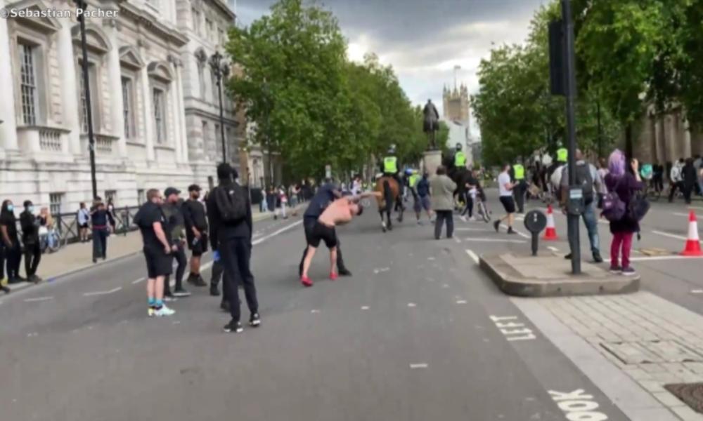 "Eskalation in London: BLM-Anhänger verprügeln ""rechte Statuen-Schützer"""