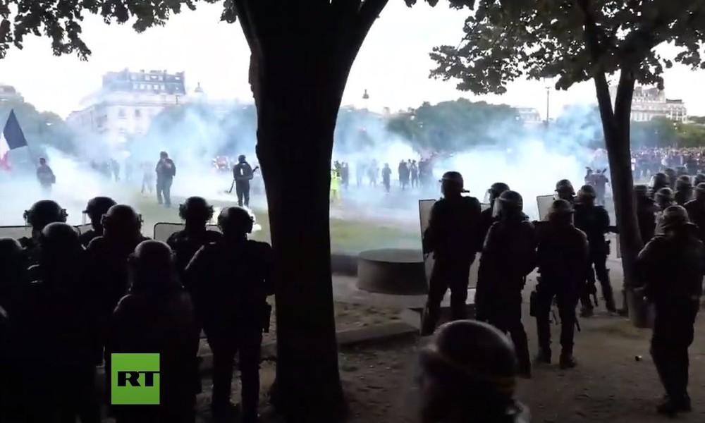 Tränengas und Gummigeschosse: Gesundheitspersonal protestiert ohne Erlaubnis in Paris