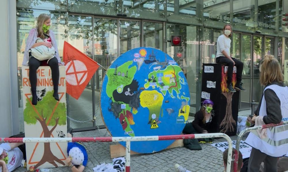 Berlin: Klimarebellen besetzen Eingang zum Haus der Deutschen Wirtschaft
