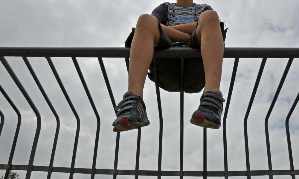 Massive Rettungsoperation: Junge bleibt mit Kopf in Gitter stecken – Passanten eilen zu Hilfe
