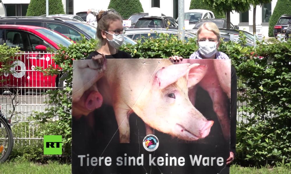 """""""Verhalten überrascht uns nicht"""": Wütende Anwohner protestieren vor Tönnies-Werk"""