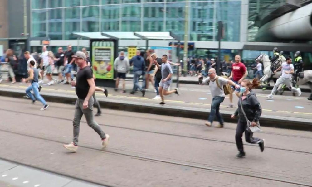 Zahlreiche Festnahmen in Den Haag: Mit Wasserwerfern gegen Gegner der Corona-Maßnahmen