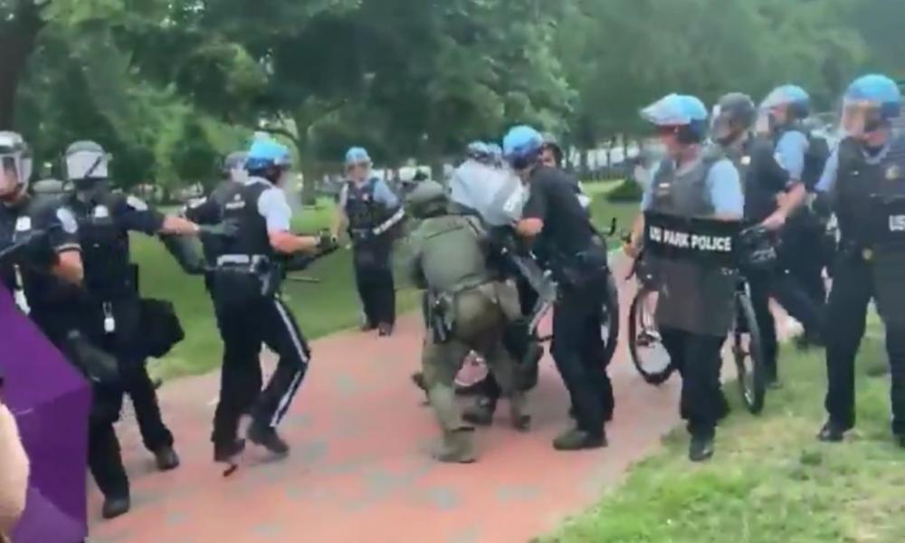 USA: Protestler versuchen, Statue am Weißen Haus abzureißen – Trump verspricht harte Strafen