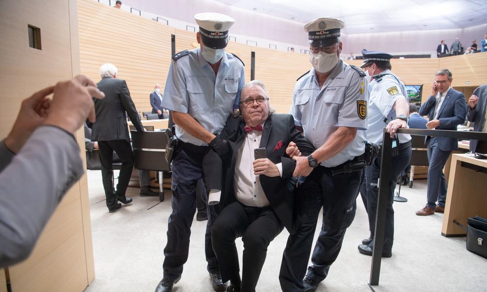Eklat im Stuttgarter Landtag bei Krawallnacht-Debatte: Polizei trägt Ex-AfD-Abgeordneten heraus