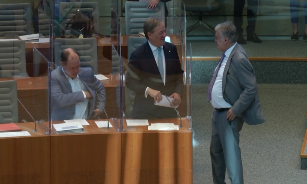 """NRW-Landtag: Abgeordnete debattieren wegen Coronapandemie nun in """"Plexiglas-Kästen"""""""