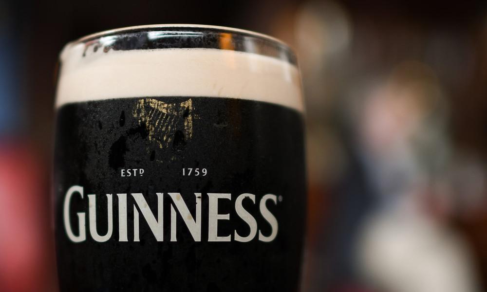Zum Wohl der Pflanzen: Weihnachtsbäume während Kneipen-Aus durch Corona mit Guinness gedüngt