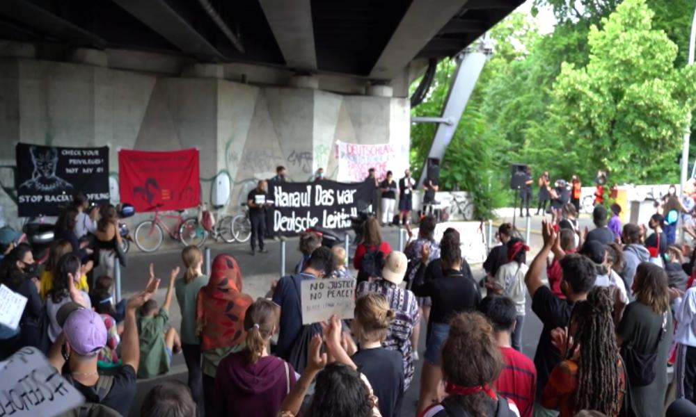 """Berlin: """"Migrantifa"""" protestiert gegen Polizeigewalt und Rassismus"""