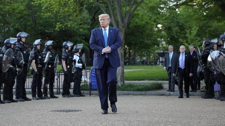 US-Präsident Donald Trump droht mit dem Einsatz des Militärs, um teils gewaltsamen Protesten gegen Polizeigewalt und Rassismus ein Ende zu setzen. (Washington DC, 2. Juni 2020)