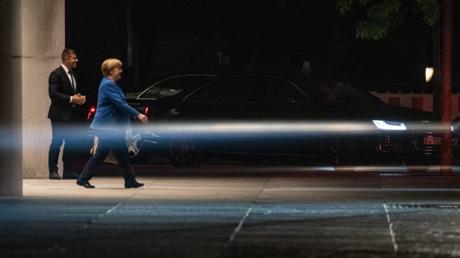 Bundeskanzlerin Merkel beim Verlassen des Kanzleramts nach dem Ende der Verhandlungen am Dienstagabend