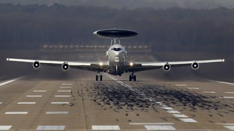 Symbolbild: Ein AWACS-Aufklärungsflugzeug der NATO startet vom Luftwaffenstützpunkt in Geilenkirchen zu einem Flug nach Polen. (2. April 2014)