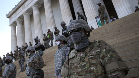 Sicherheitskräfte auf den Stufen des Lincoln Memorial in Washington, D.C. am Dienstag.