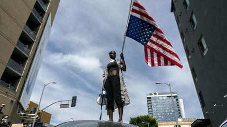 Demonstrantin in Los Angeles spricht auf dem Dach eines Fahrzeugs zu anderen Teilnehmern, die in Hollywood gegen Rassismus und soziale Benachteiligung protestierten (Bild vom 2. Juni).