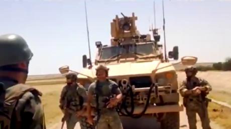 """Video soll zeigen, wie syrischer Soldat US-Truppen zur Umkehr zwingt: """"Ihr kommt hier nicht vorbei"""""""