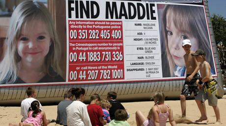 Bild aus dem Jahr 2007: Strandbesucher betrachten am Strand in der Nähe des portugiesischen Badeortes Lagos eine riesige Werbetafel mit einem Foto der vermissten Madeleine