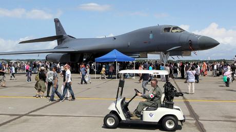 Ein US-amerikanischer B-1B-Langstreckenbomber wird von interessierten Gästen einer Flugshow auf dem Luftwaffenstützpunkt Misawa in Japan bestaunt (Bild vom 10.09.17)