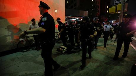 Ein mutmaßlicher Demonstrant liegt am Boden, umringt von Polizisten (New York, 4. Juni 2020)