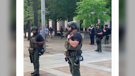 Nicht sehr gesprächig: Die unidentifizierbaren Sicherheitsbeamten im Washington.
