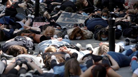 Mindestabstand? Na ja. Demonstranten vor der US-Botschaft in Warschau am Donnerstag