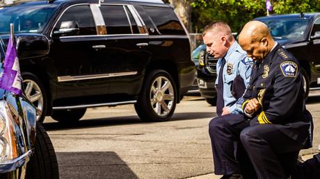 Der Polizeipräsident von Minneapolis, Medaria Arradondo (r), kniet vor den sterblichen Überresten von George Floyd während einer Gedenkzeremonie nieder. (Minneapolis, 04. Juni 2020)