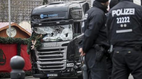 Polizisten stehen in der Nähe des Lkw, mit dem der Tunesier Anis Amri am 19.12.2016 einen Terroranschlag auf dem Berliner Breitscheidplatz verübt hatte.