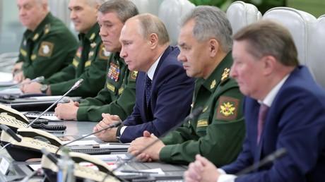 Der russische Präsident Wladimir Putin und die oberste Militärführung beobachten am 26. Dezember 2018 im Nationalen Verteidigungszentrum in Moskau den Teststart der Hyperschallrakete