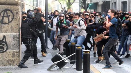 Nach brutalen Tritten ins Gesicht: Mexikanische Polizei nimmt zwei Beamte fest. Auf dem Bild: Zusammenstöße zwischen Protestlern und Polizisten in Guadalajara nach dem Tod von Giovanni López in Polizeigewahrsam, 4. Juni 2020