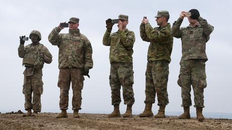 US-Soldaten machen Bilder von einer Artillerieübung auf dem Truppenübungsplatz Grafenwöhr (Bild vom 4. März).