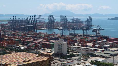 Corona-Krise lässt Chinas Außenhandel um 9,3 Prozent einbrechen. Auf dem Bild: Kräne und Container im Yantian-Hafen in Shenzhen, 17.  May 17 2020