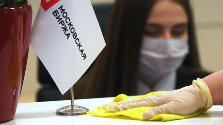 Sanitäre Maßnahmen am Schalter der Moskauer Börse.