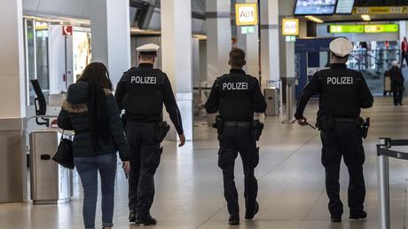 Eine Polizeistreife am Flughafen Tegel: Im vergangenen Jahr verzeichnete die für Flughäfen zuständige Bundespolizei kaum Anträge von Schutzsuchenden, obwohl später viele ihre Einreise per Flugzeug einräumten.