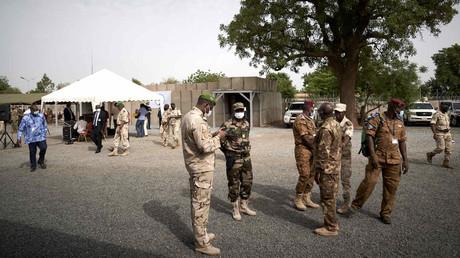 Soldaten der gemeinsamen G5-Sahel-Truppe nehmen am 3. Juni 2020 an der Einweihung des neuen Hauptquartiers in Bamako teil.