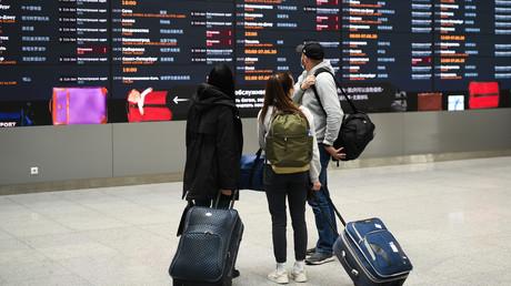 Passagiere am Moskauer Flughafen Scheremetjewo