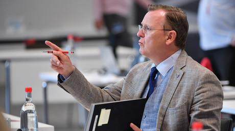 Bodo Ramelow (Die Linke), Ministerpräsident von Thüringen, am 5. Juni 2020 bei einer Sondersitzung des Landtags, bei der ein 1,26 Milliarden Euro schweres Hilfspaket zur Linderung der Folgen der Corona-Krise verabschiedet wurde.