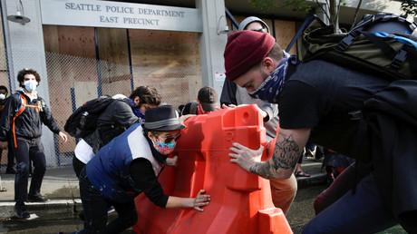 Aktivisten errichten eine Barrikade an dem Polizeirevier East Precinct in Seattle, das zuvor aufgegeben wurde. (8. Juni 2020)