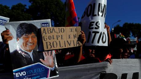 Anhänger des gestürzten bolivianischen Präsidenten Evo Morales halten ein Plakat mit der Aufschrift