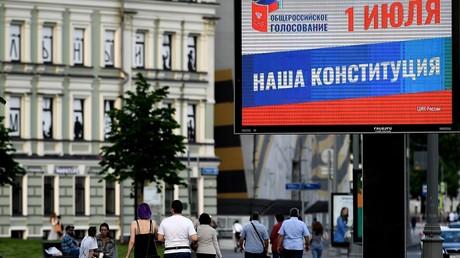 Ein Werbeplaket für das bevorstehende nationale Referendum über die neue russischen Verfassung. Moskau, Russland