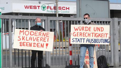 Protest von Pfarrer Kossen vor dem Werkstor von Westfleisch in Coesfeld gegen unfaire Arbeitsbedingungen in der Fleischindustrie, 9. Mai 2020.