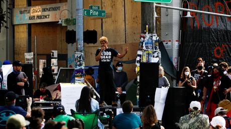 Aktivisten versammeln sich vor dem besetzten Polizeirevier in Capitol Hill, das in