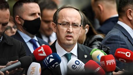 Der neugewählte Premierminister des Kosovo, Avdullah Hoti, spricht nach der Parlamentssitzung am 3. Juni 2020 in Pristina zu den Medien.