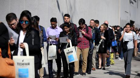 Menschen stehen Schlange, um an der TechFair LA, einer Technologie-Jobbörse, in Los Angeles teilzunehmen. (Symbolbild)