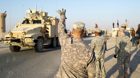 US-Soldaten winken den letzten Truppen zu, die am 18.12.2011 den Irak verließen haben und gerade die Grenze zu Kuwait überquerten. Heute versucht die irakische Regierung erneut, ihren Abzug zu erreichen.