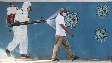 Brasilien überholt Großbritannien bei Zahl der COVID-19-Toten. Auf dem Symbolbild: Ein Mann vor einem Graffito in Rio de Janeiro, 12. Juni 2020
