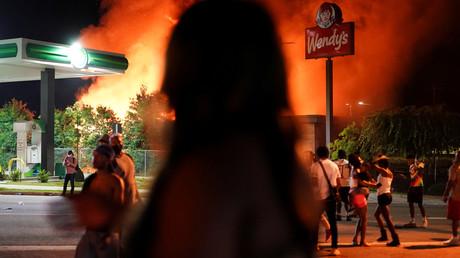 Atlanta: Polizist erschießt Afroamerikaner – Restaurant geht in Flammen auf