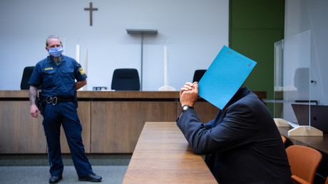 Der 60-jährige Polizist (rechts im Bild) hat am Montag vor dem Landgericht München II den sexuellen Missbrauch an mehreren Jungen gestanden.